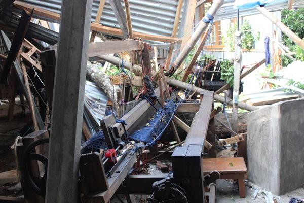サイクロンでスワローズにある手織り機が破損。